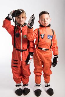 グレーバック 背景 グレー 子ども こども 子供 2人 ふたり 二人 男 男児 男の子 女 女児 女の子 児童 宇宙服 宇宙 服 スペース スペースシャトル 宇宙飛行士 飛行士 オレンジ 希望 夢 将来 未来 体験 職業体験 職業 全身 姿勢 立 立つ 並ぶ ポーズ 敬礼 外国人  mdmk009 mdfk045