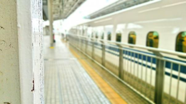 走り出す新幹線の写真