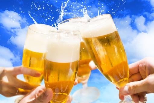 ビールで乾杯_青空バージョンの写真