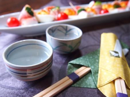 ぐい呑 お酒 日本酒 食事 お箸 食卓 盛り付け 乾杯 飲み会 食事会 美味しい おいしい うまい 酒 新年会 忘年会 おちょこ ぐいのみ おもてなし japanese sake sake chopstick stick
