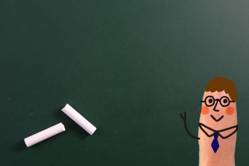 指 かわいい 小さい 指人形 顔 男性 先生 教師 教諭 指導者 擬人化 イラスト CG コンピュータグラフィックス 合成 黒板 チョーク 授業 レッスン 講座 講義 教育 勉強 学校 塾 教室 余白 スペース
