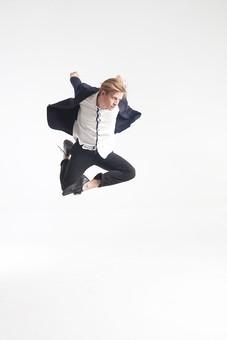 ダンス ダンサー ポーズ 体勢 姿勢 体位 ステップ 踊る 踊り 運動 スポーツ 振り付け 振付 振り 男性 男 外国人 金髪 若い 全身 手 腕 上げる 後ろ 腕を振る 足 脚 曲げる 飛ぶ ジャンプ 跳躍 背景 白 ホワイト mdfm074