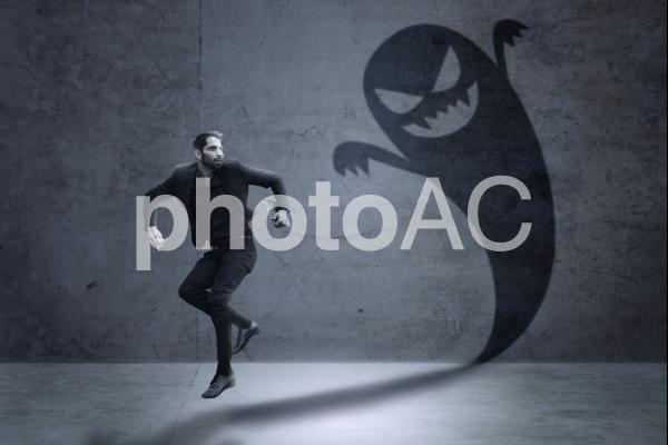 走る男性を追いかけてくるゴーストの写真