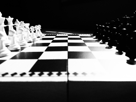 モノトーン 白黒 チェス 緊張感 緊迫感 かっこいい 白 黒 屋内 ビンテージ 小物 静か 静寂 厳粛 アイキャッチ