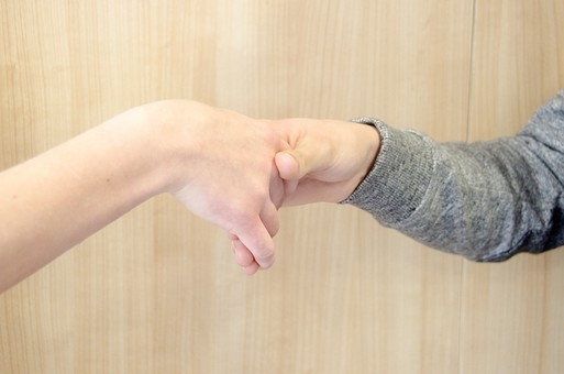 人物 女性 男性 男女 手 握手 感謝 ありがとう 感情 協力 共同 友好 心 団結 仲間 味方 承知 承認 締結 親友 連携 パートナー コンビ 手合わせ 手を取る 表現
