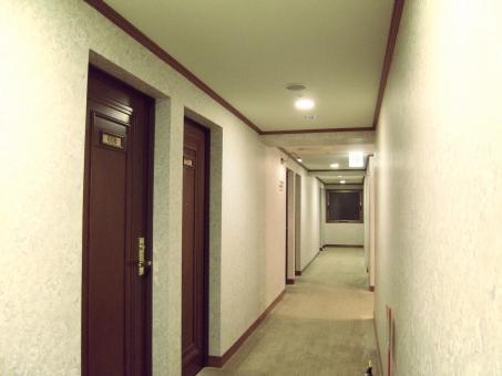 ホテル 廊下 ドア 白 宿泊 施設