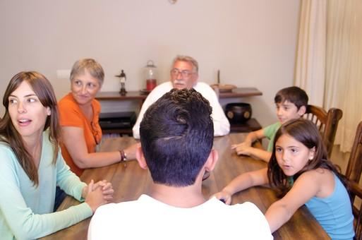 外国 海外 屋内 部屋 室内 ダイニング テーブル 集合 集まる 団欒 人物 外人 外国人 家族 ファミリー 親子 三世代 三世代家族 祖父母 祖父 おじいちゃん 祖母 おばあちゃん 夫婦 子供 こども 子ども 男の子 女の子 会話 おしゃべり 老人 シニア 60代 70代 30代 mdjms003 mdfs006 mdmk007 mdfk010 mdfm040 mdff069