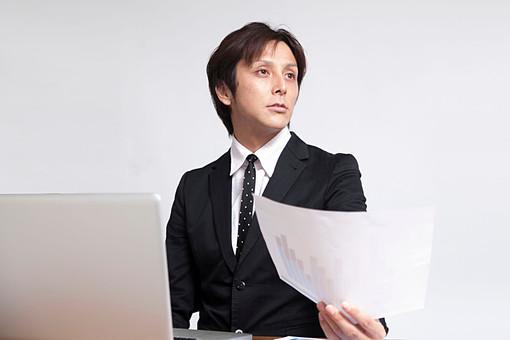 人物 日本人 男性 若い 若者  20代 サラリーマン ビジネスマン 屋内 白バック  白背景 会社 オフィス 書類 報告書 レポート 作成 パソコン PC デスクワーク 机 ビジネス 仕事 完成 差し出す 報告 オーバーリアクション mdjm009