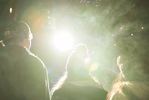 クラブ ライブ LIVE コンサート DJ 演奏会 音楽会 リサイタル ナイトクラブ キャバレー フロアショー 観客 観衆 見物人 観覧者 聴衆 オーディエンス ギャラリー 立ち見客 客 お客さん 会場 入館者 バンド 音楽 楽器 楽曲 ミュージック 歌 曲 唄 歌唱 ステージ 音響 スクリーン アンプ サウンド 公演 人 歓声 ライト 照明 手 男性 男 女性 女 帽子 外 野外