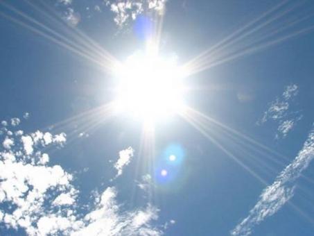 沖縄の太陽ふりそそぐ夏の紫外線の写真