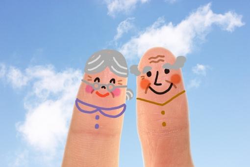 指 かわいい 小さい 指人形 顔 男性 女性 おじいさん おじいちゃん おばあさん おばあちゃん 夫婦 シニアカップル 擬人化 イラスト CG コンピュータグラフィックス 合成 笑顔 スマイル 優しい 朗らか ほのぼの 老後 健康 介護 青空 雲