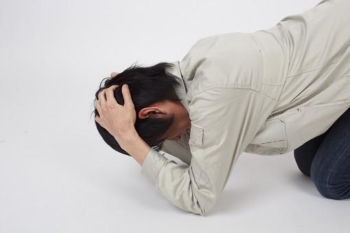 人物 男性 日本人 日本人男性 20代 若い 若者 仕事 職業 社会人 作業服 作業着 技術者 専門職 エンジニア 作業員 スタジオ 白バック 白背景 ポーズ 頭を抱える 倒れる うつ伏せ 失敗 悔しい 後悔 残念 絶望 mdjm006