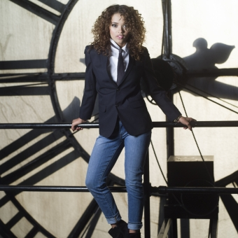 人物 外国人 外人 海外 女性 黒人 黒人女性 クールビューティー 時計 ジャケット ボーイッシュ ネクタイ パンツスタイル ユニセックス 室内 屋内 モデル 美人 黒髪 スパイラルパーマ 全身 オブジェ もたれる 立っている mdff099