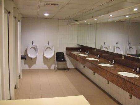 トイレ お手洗い 厠 便所 化粧室 洗面台 洗面所 化粧直し 鏡 便器 手洗い場 蛇口 陶器 清潔 仕切り 扉 便座 ライト 照明 明かり 男子トイレ 手洗い かがみ カガミ ミラー 男性用