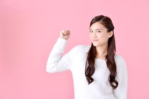 人物 女性 日本人 若者 若い  20代 美人 かわいい ロングヘア カジュアル  ラフ 私服 セーター ニット 屋内  スタジオ撮影 背景 ピンク ピンクバック ポーズ  おすすめ 上半身 力こぶ 張り切る 頑張る やる気 応援 挑戦 トライ mdjf007