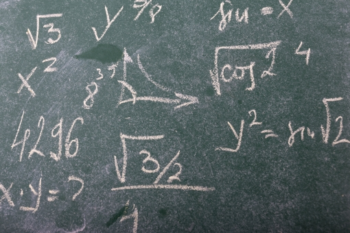 黒板 チョーク 授業 学習 勉強 学習風景 塾 学校 文字 算数 数学 教育 講座 講義 科目 レッスン 習い事 教諭 講師 先生 教授 大学 講習 講話 ゼミ 学問 かけ算 ルート 計算 計算式 数式