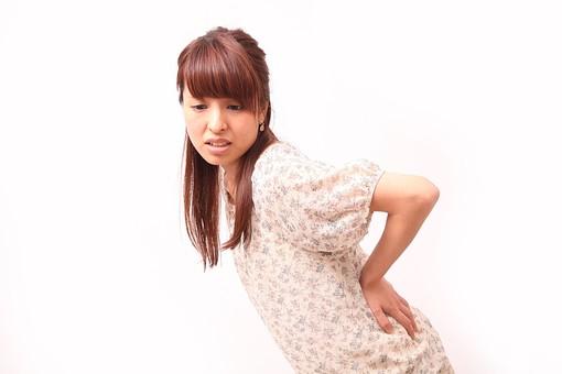 人 人間 人物 人物写真 ポートレート ポートレイト 女性 女 女の人 若い女性 女子 レディー 日本人 茶髪 ブラウンヘア セミロングヘア  白色 白背景 白バック ホワイトバック  手 指 ポーズ 手のポーズ  肘を曲げる  装身具 ピアス アクセサリー 屈む 屈める 腰痛 手を当てる 辛い ほうれい線 傾く 腰に手 mdfj012