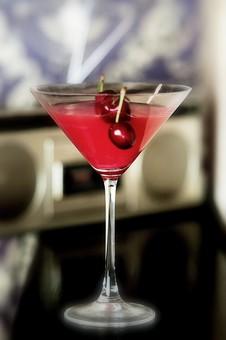 カクテル グラス ガラス チェリー さくらんぼ 置く 物撮り 人物なし 赤 透明 ラジオ ぼやける かすむ 3個 一杯 1個 テーブル カウンター カセット フィルター 茶色 青 ブラウン ブルー レッド 反射 酒