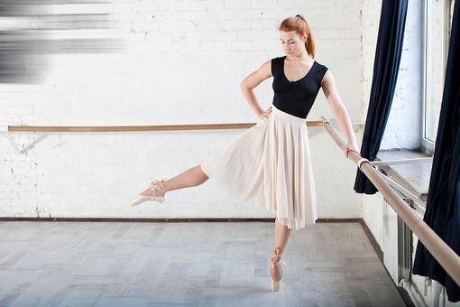 ダンス ダンサー ポーズ 体勢 姿勢 体位 女性 女 外国人 若い 運動 スポーツ 全身 バレエ バレリーナ 練習 稽古 トレーニング 脚 伸ばす 立つ つま先立ち 片足立ち 腰に手を当てる 俯く バー 手すり 持つ 背景 バレエスタジオ スタジオ ダンススタジオ バーレッスン mdff128