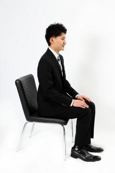 人物 生物 人間 男性 若い 青年 アジア アジア人 日本 日本人 ポーズ モデル スーツ ジャケット ビジネス 就活 フォーマル 全身 座る イス 腰掛ける 面接 横 まじめ しっかり マナー mdjm002