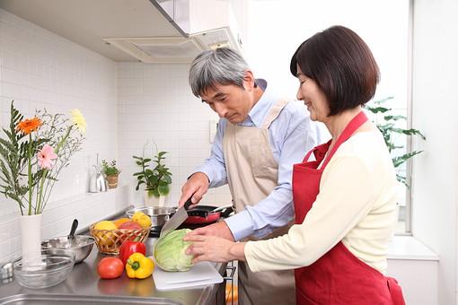 シニア 老人 おばあちゃん 中年 おばあさん 料理 野菜 果物 キャベツ 包丁 切る パプリカ りんご ピーマン キッチン 台所 レモン 料理教室 仲良し エプロン 人物 日本人 60代 食べ物 クッキング 生活 暮らし 家庭 ライフスタイル シニアライフ mdfs002 mdjm013