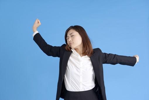 人物 女性 日本人 20代 若者  ビジネス スーツ 黒 紺色 セミロング  OL 社会人 会社員 ビジネスマン 就活  就職活動 真面目 ポーズ 屋内 スタジオ撮影  ブルーバック 上半身 ストレッチ 伸ばす 両手 疲れ 疲労 休憩 リフレッシュ mdjf013