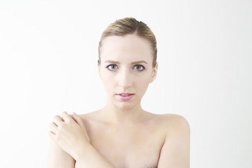 人物 女性 20代 外国人 外人  外国人女性 外人女性 モデル 若い  ポーズ 金髪  屋内 白バック 白背景  美容 ビューティー エステ エステティック 素肌  裸 美肌 美顔 スキンケア お手入れ  白人 ポートレート バストアップ 上半身 正面 mdff045