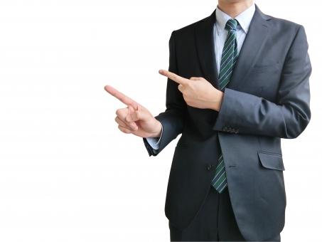 人物 日本人 男性 若い 若者 20代 20代 スーツ 就職活動 就活 就活生 社会人 ビジネス 新社会人 新入社員 フレッシュマン 面接 真面目 屋内 白バック 白背景 プレゼン ビジネスマン ポイント 案内 説明 指す 詳しく こちら web ウェブ