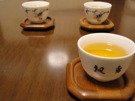 中国茶 烏龍茶 ジャスミンティー ウーロン茶 お茶 もてなし 中華 来客 もてなす おいしい 渋い 苦い 熱い 凍頂ウーロン茶 台湾茶 茶道 茶席 茶事 茶人 習い事 趣味 教養 温かい ホット 飲む 飲み物 一息 休憩 リラックス 健康的 デトックス 茶渋 茶卓 茶碗 茶器 中国 台湾 飲茶