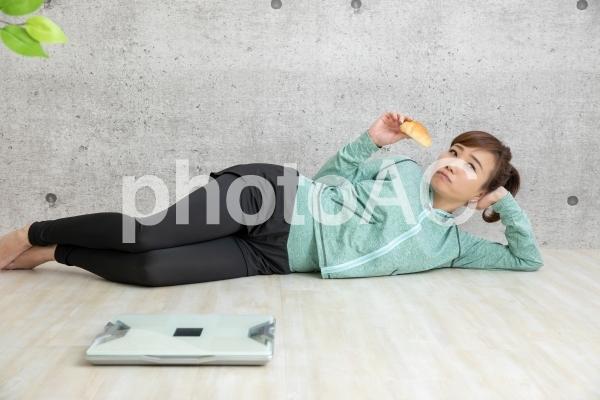 ダイエットをサボる女性の写真