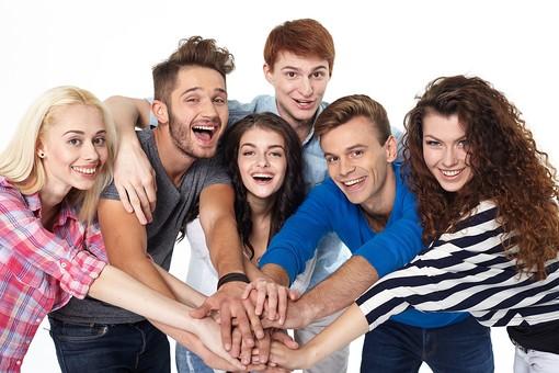 人物 外国人 モデル 男性 女性  男女 複数 グループ 仲間 友達  20代 若者たち 大学生 スタジオ撮影 白バック  白背景 ファッション カジュアル 6人 集まる 集合 連帯 結束 協力 団結 手を重ねる チームワーク 青春  mdff025 mdff026 mdff027 mdfm007 mdfm008 mdfm009