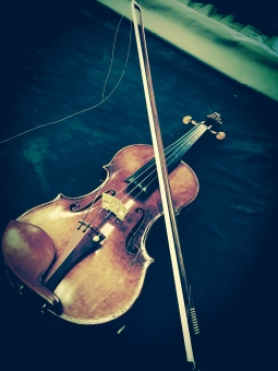 壊れた アンティーク 寂しい ヴァイオリン 楽器 弓 弦 音楽 音 バイオリン 演奏 弾く ぼろぼろ ボロボロ 悲しい 暗い レトロ 古い 失望 残念