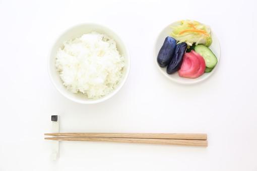 米 ご飯 ごはん 白米 お米 コシヒカリ ササニシキ あきたこまち 食べ物 料理 和食 和風 フード 箸 食物 日本食 和風料理 日本 和 シンプル 栄養 健康 健康管理 食事 漬け物 お新香 浅漬け 人参 キュウリ ナス 野菜 カブ 赤かぶ かぶ 赤カブ 漬物 塩漬け つけもの 漬けもの つけ物 茄子 なす 白菜 はくさい 塩漬 香の物  皿 小皿 塩分 塩気農業 農家