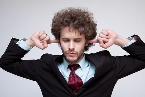 男性 Men 男 男子 外国人 外国人モデル 20代 30代 ビジネスマン サラリーマン スーツ ビジネススーツ 背広 ネクタイ シャツ  白背景 ジャケット 悩む 考える 耳 耳を塞ぐ 耳をふさぐ 聴きたくない 聞きたくない 嫌 いや イヤ ハンサム mdfm045