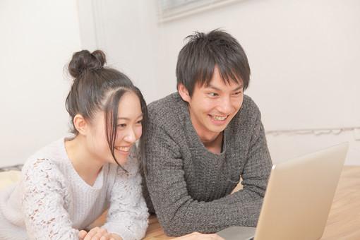 人物 男性 男子 女性 女子 若い デート カップル アベック 夫婦 新婚 室内 部屋 リビング くつろぐ リラックス 仲良し 検索 情報 パソコン コンピューター 画面 マック ノートパソコン 寝転ぶ 日本人 WEBサイト mdjm008 mdjf026