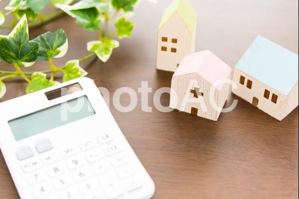 家と電卓の写真