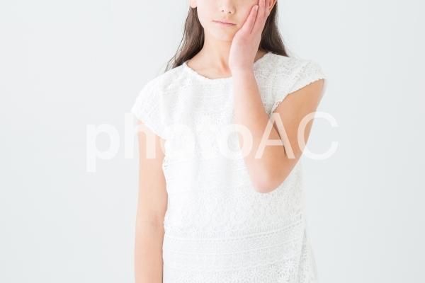 考える女の子の写真