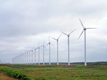 空 スカイ 雲 曇 曇り くもり 自然 風景 景色 灰 灰色 グレー 風 風車 羽 羽根 プロペラ 回転 回る 風力 風力発電 風力発電機 風力タービン 風力エネルギー 発電 発電機 タービン エネルギー 電気 電力 鉄塔 タワー エコロジー エコ ecology eco 環境 環境問題 新エネルギー 再生可能エネルギー 代替エネルギー 次世代エネルギー クリーンエネルギー