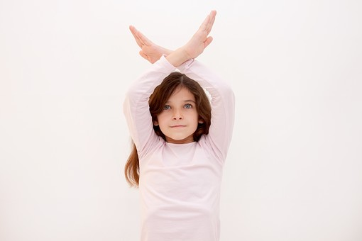 人物 女の子 少女 こども 子供 外国人 外人 かわいい Tシャツ カジュアル ロングヘア 長髪 ポーズ ポートレート ポートレイト 屋内 スタジオ撮影 白バック 白背景 上半身 ハンドサイン ジェスチャー 合図 バツ印 バツ 駄目 ダメ 禁止 NO NG 頭上 mdfk017