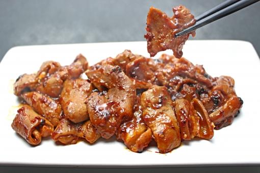 焼き肉 ホルモン モツ もつ 味噌 焼肉 ホルモン焼き モツ焼き もつ焼き ホルモン味噌焼き みそ焼き 味噌焼き 箸 つまむ 黒バック 黒背景 調理 料理 焼肉料理 肉 食べ物 焼き 湯気 ゆげ 皿 盛り付け