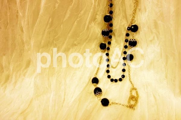 白レース 黒と金のネックレス ジュエリー 正面の写真