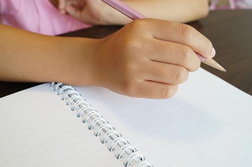 子ども 子供 キッズ チルドレン 手 腕 鉛筆 机 テーブル 勉強 宿題 ホームワーク 自習 学習 字 書き方 硬筆 練習 文字 小学生 塾 握る 書く 学ぶ 国語 勉学 学校 ノート 学習帳