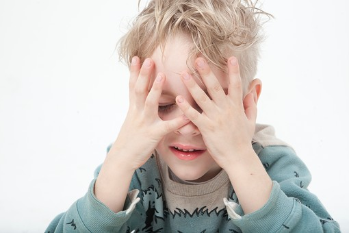 外国人 白人 キッズモデル モデル キッズ 子供 子ども 白バック 白背景 屋内 スタジオ撮影  人物 男の子 男 男児 幼児 小学生 ポートレート ポートレイト  笑顔 スマイル 微笑む 楽しい 上半身 コピースペース  恥ずかしい 目を覆う 顔を覆う 目隠し チラ見 mdmk034