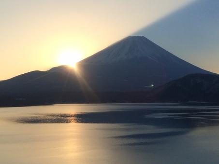 初日の出 お正月 正月 太陽 富士山 ご来光 光線 山梨 ダイヤモンド富士 ダイヤモンド 湖 海