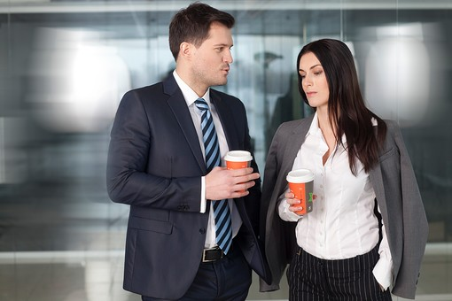 ビジネス 仕事 ビジネスマン 会社 会社員 グローバル インターナショナル 外国人 白人 男性 シャツ ネクタイ スーツ ビジネスウーマン キャリアウーマン 女性 屋内 室内 オフィス ガラス コーヒー 休憩 しゃべる 話す 雑談 20代 30代 40代 中年 2人 二人 並ぶ mdff131 mdfm070