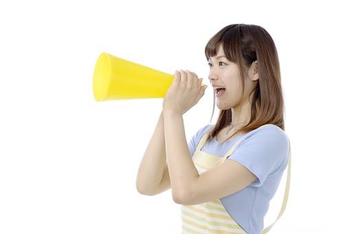 人物 屋内 白バック 白背景 日本人 1人 女性 20代 30代 エプロン  奥さん 奥様 婦人 家庭人 夫人 主婦 若い ポーズ 表情 叫ぶ 呼ぶ 応援する 応援 励ます 手 両手 持つ メガホン 拡声 声 拡声器 出す 横向き mdjf018