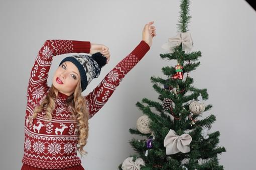白バック 白背景 グレーバック 外国人 白人 金髪 ブロンド 20代 30代 女性 セーター ニット ノルディック柄 スカート クリスマス Christmas X'mas クリスマスツリー ツリー モミ もみの木 樅の木 モミの木 飾り オーナメント ボール リボン ブーツ 松ぼっくり 立つ ポーズ ニット帽 帽子 キャップ ニットキャップ カメラ目線 伸び mdff129
