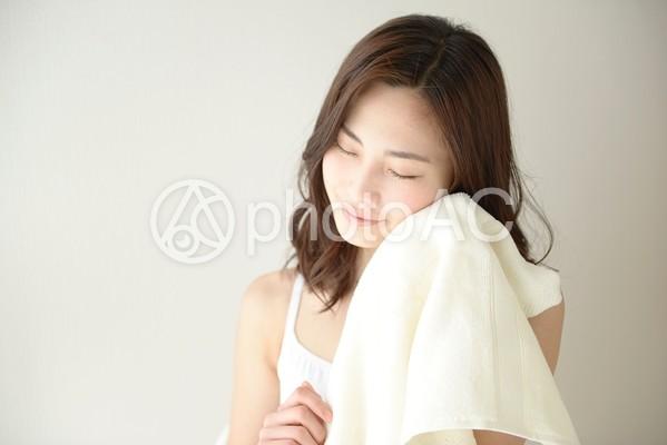 タオルで顔を拭く女性8の写真