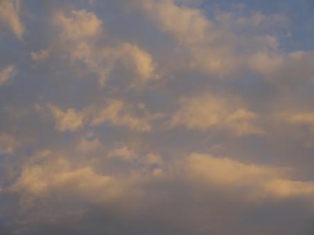 雨上がり 空模様 お天気 回復 梅雨 梅雨空 日没 日没前 サンセット 夕日 夕方 夕焼け 西の空 雲 晴れ 降雨 天気が回復 回復傾向 天気 天気予報 虹色 華やか 眩しい 艶やか 赤い 赤い空 日光 見上げる スケッチ 写真撮影