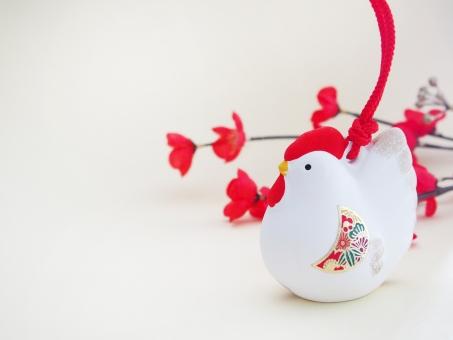 酉の置物 酉年 鳥 鶏 ニワトリ にわとり 年賀 2017年 干支 置物 飾り 縁起物 年賀状 イメージ 背景 陶器 1月 行事 新春 背景素材 空白 お正月 賀正 梅の花
